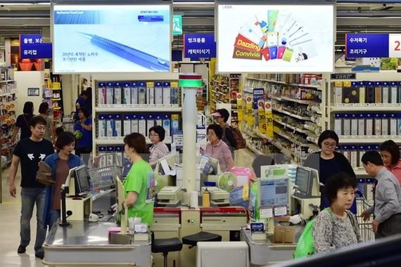 Khách hàng mua sắm tại một cửa hàng bán lẻ ở Seoul. (Ảnh: AFP/TTXVN)