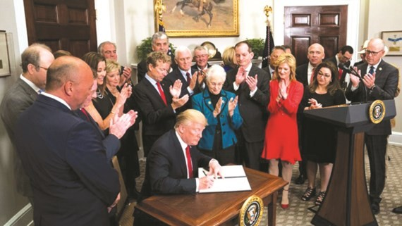 Tổng thống Mỹ Donald Trump ký sắc lệnh mới giảm chi phí mua bảo hiểm y tế