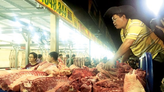 Thịt heo không có thông tin truy xuất vẫn được vào chợ. Ảnh: THANH HẢI