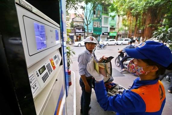 Giá xăng RON 92 giảm hơn 120 đồng/lít
