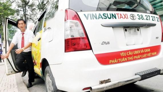 Taxi truyền thống dán biểu ngữ phản đối taxi công nghệ gây chú ý dư luận những ngày qua