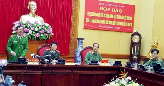 Trung tướng Trần Văn Vệ trả lời báo chí tại buối họp báo của Bộ Công an về hộ khẩu và chứng minh nhân dân