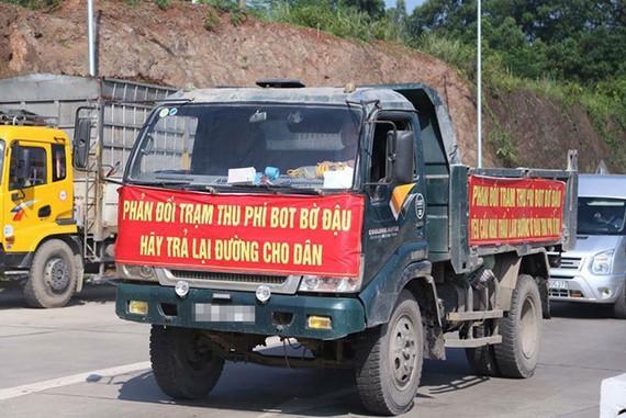 Ô tô của người dân diễu hành phản đối trạm thu phí