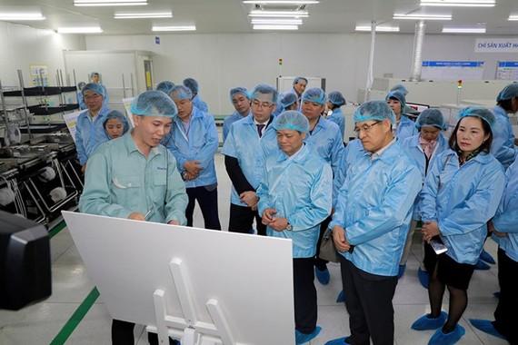 Lãnh đạo Samsung Việt Nam khảo sát tại Công ty Manutronics. (Nguồn: Samsung)