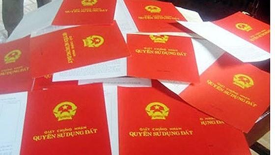 Sau nhiều ý kiến phản hồi, Bộ TN-MT ra thông báo ngưng hiệu lực quy định ghi tên tất cả thành viên gia đình vào sổ đỏ.