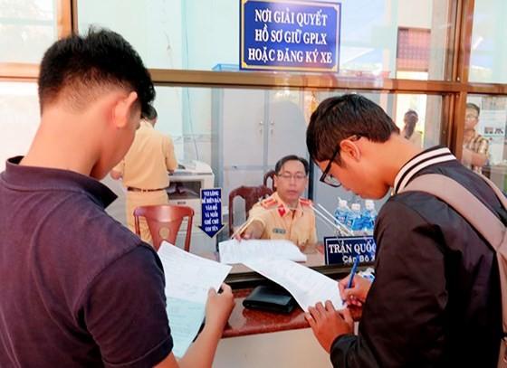 Người vi phạm Luật Giao thông đăng ký nhận lại tại nhà giấy tờ đã bị tạm giữ
