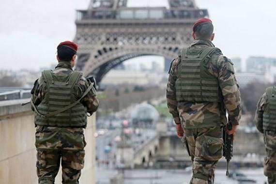 Lực lượng an ninh Pháp làm nhiệm vụ trên đường phố Paris (Ảnh: Reuters)