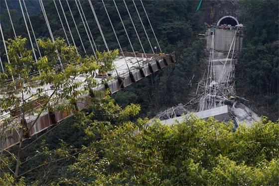 Sập cầu, hàng chục công nhân Colombia thiệt mạng