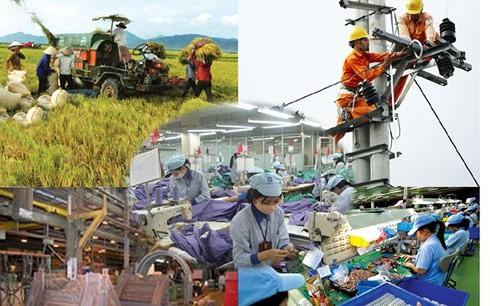 Dù triển vọng tươi sáng nhưng tăng trưởng kinh tế Việt Nam năm 2018 vẫn còn phải đối mặt với nhiều rào cản, trong đó có việc chuyển đổi cơ cấu chậm, năng suất lao động thấp, nợ công tăng cao... (Ảnh minh họa: KT)