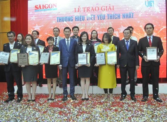Phó Chủ tịch UBND TPHCM Trần Vĩnh Tuyến và Tổng Biên tập báo SGGP Nguyễn Tấn Phong chúc mừng DN thương hiệu Vàng 2017.