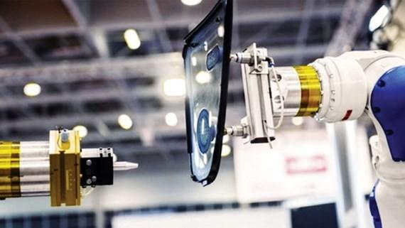 Robot thay thế con người trong một số công đoạn sản xuất