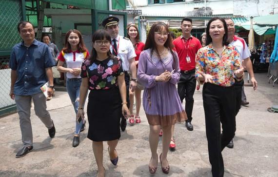 Lãnh đạo và học viên Trung tâm bảo trợ - Dạy nghề và Tạo việc làm cho người tàn tật (quận 3, TPHCM) đón Tổng giám đốc Nguyễn Thị Phương Thảo và cán bộ nhân viên đến thăm Trung tâm.