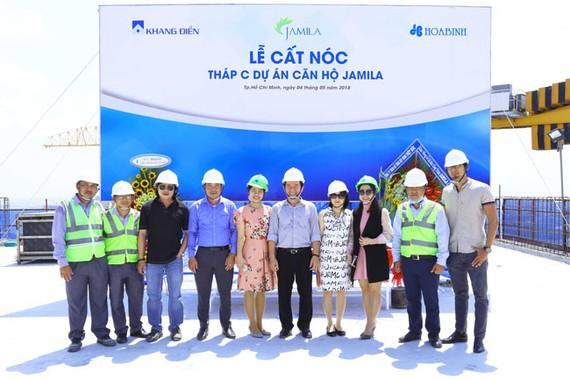 Đại diện ban lãnh đạo công ty Khang Điền, Hòa Bình, SCQC làm lễ cất nóc Block C dự án Jamila.