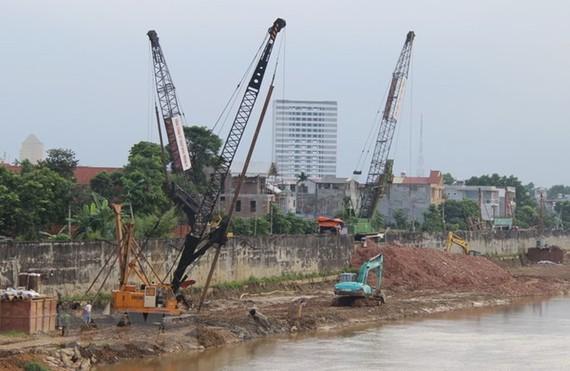 Dự án xây dựng hoàn thiện hệ thống đê bờ Hữu, đê bờ Tả sông Cầu đoạn qua thành phố Thái Nguyên theo hình thức đối tác công tư (PPP). (Ảnh: Hoàng Nguyên/TTXVN)