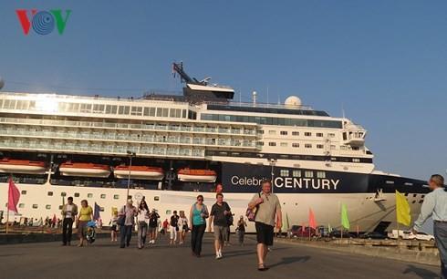 Khách du lịch tàu biển tại Cảng Chân Mây trong Khu kinh tế Chân Mây - Lăng Cô.