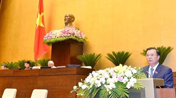Bộ trưởng Bộ Tài chính Đinh Tiến Dũng trình bày Báo cáo quyết toán ngân sách 2016. Ảnh: QUOCHOI.VN