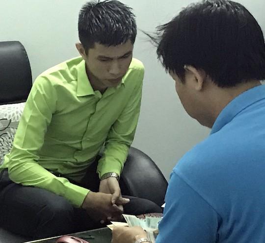 Huỳnh Văn Hiếu làm việc với lực lượng chức năng. Ảnh: Minh Hào