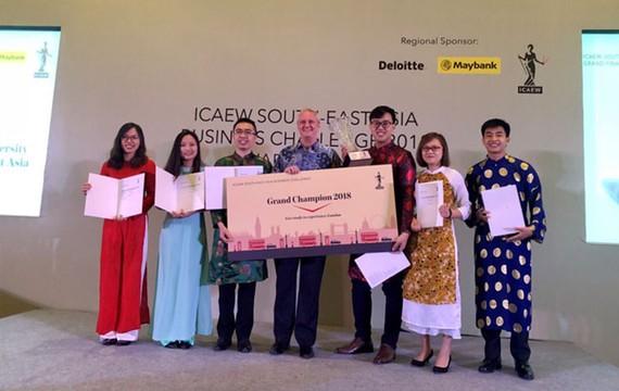Đội chiến thắng Synergy đến từ Việt Nam cùng ông Mark Billington, Giám đốc ICAEW khu vực Đông Nam Á