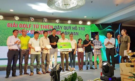 """340 triệu đồng trao gia đình """"hiệp sĩ"""" từ Giải golf từ thiện"""