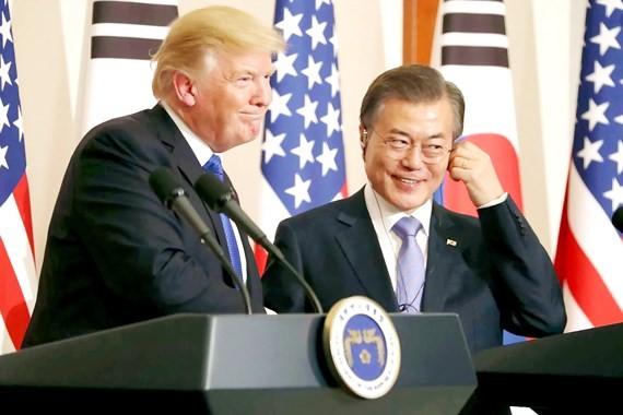 Tổng thống Mỹ Donald Trump và Tổng thống Hàn Quốc Moon Jae-in họp báo trong chuyến thăm của ông Donald Trump đến Hàn Quốc tháng 11-2017
