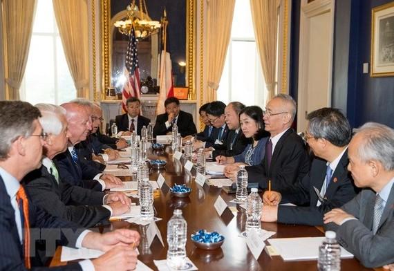Phó Thủ tướng Trung Quốc Lưu Hạc (thứ 3, phải) tại vòng đàm phán với Chủ tịch Ủy ban Thuế vụ và An sinh Xã hội Hạ viện Mỹ Kevin Brady (thứ 3, trái) tại Washington, DC ngày 16/5. (Nguồn: THX/TTXVN)