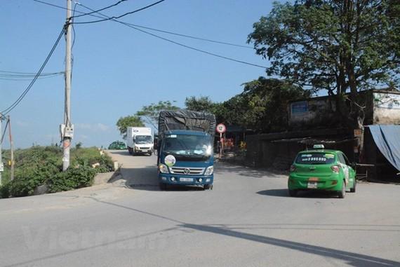 Hàng nghìn phương tiện tránh, né trạm thu giá BOT Quốc lộ 38 bằng cách đi qua đoạn đê sông Đuống. (Ảnh: Việt Hùng/Vietnam+)