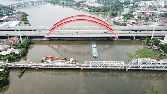 Cầu xe lửa Bình Lợi đang nâng tĩnh không và sẽ thu phí - Ảnh: QUANG ĐỊNH