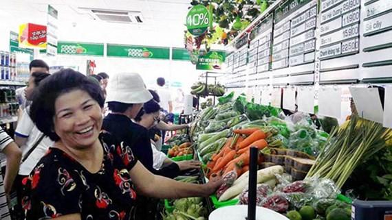 Khách hàng mua thực phẩm tại Co.op Food Thanh Đa - cửa hàng nhượng quyền đầu tiên của Saigon Co.op trong năm 2016