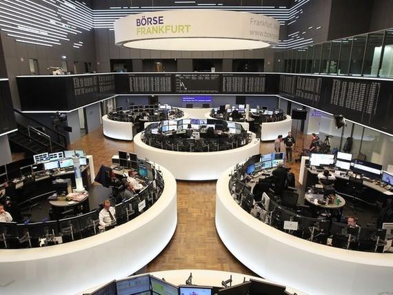Giao dịch viên tại sàn giao dịch chứng khoán ở Frankfurt, miền tây Đức. (Nguồn: AFP/TTXVN)