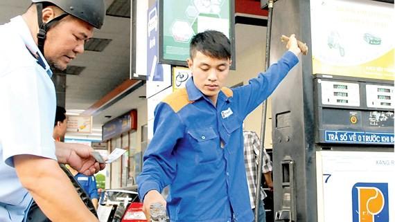 """Áp thuế môi trường xăng, dầu: DN, người tiêu dùng """"gánh"""" áp lực"""