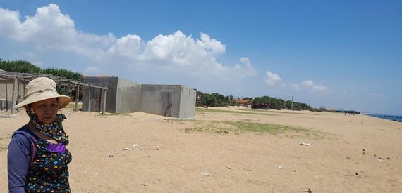 Một khu đất ở ven biển thuộc khu phố Phú Thọ 2, nơi có nhiều người dân đã bán với giá nhiều tỉ đồng - Ảnh: DUY THANH