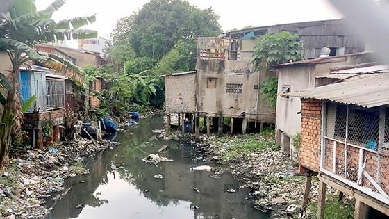Nhiều kênh rạch đã bị xây dựng lấn chiếm và đổ rác gây nghẽn dòng chảy (Ảnh minh họa: Một đoạn của rạch Xuyên Tâm, quận Bình Thạnh). Ảnh: THANH HẢI