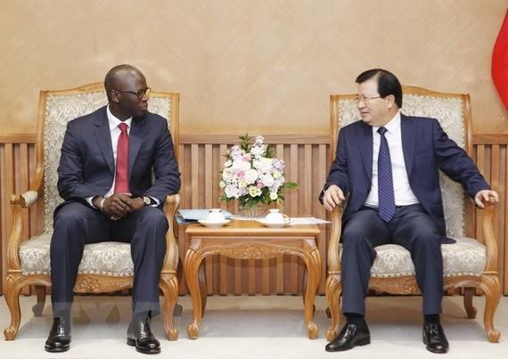 Phó Thủ tướng Trịnh Đình Dũng tiếp ông Ousmane Dione, Giám đốc Quốc gia Ngân hàng Thế giới (WB) tại Việt Nam. (Ảnh: Lâm Khánh/TTXVN)