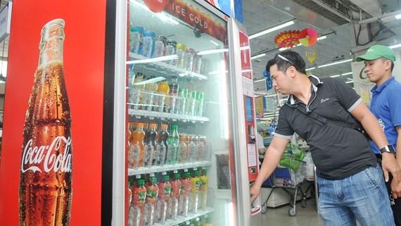 Coca Cola quảng cáo tại một tủ bán hàng tự động Ảnh: CAO THĂNG