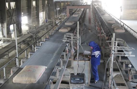 Một dây chuyền sản xuất ximăng. (Ảnh. Hoàng Nguyên/TTXVN)