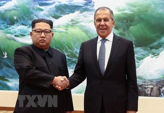 Ngoại trưởng Nga Sergei Lavrov (phải) và nhà lãnh đạo Triều Tiên Kim Jong Un tại cuộc gặp ở Bình Nhưỡng ngày 31/5. (Nguồn: AFP/TTXVN)
