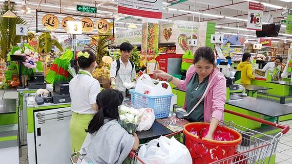 Người dân mua sắm tại Big C Tô Hiến Thành, TP.HCM