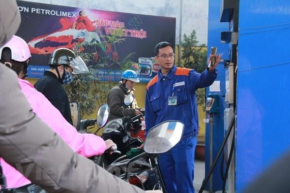 Giá xăng dầu giảm nhẹ trên 300 đồng/lít