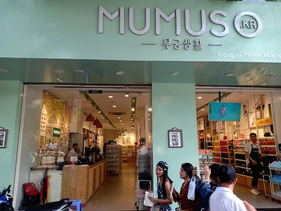 Cửa hàng Mumuso ghi tiếng Hàn trong khi trụ sở công ty và sản phẩm đều tại Trung Quốc
