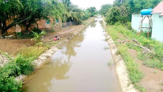 Kênh thủy lợi 300 tỷ đồng: Gây khó cho người dân