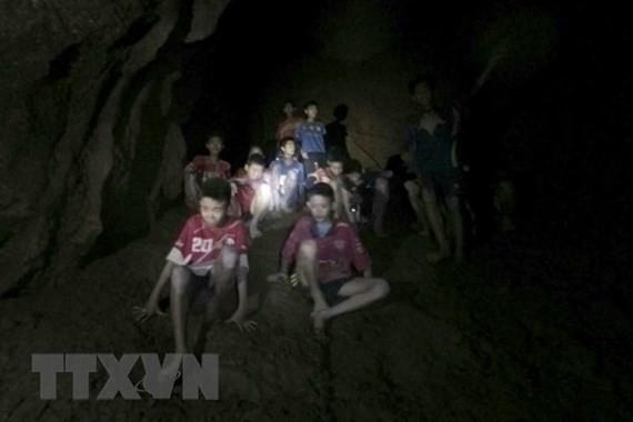 Các thành viên đội bóng mắc kẹt bên trong hang Tham Luang ở tỉnh Chiang Rai của Thái Lan. Ảnh: THX/TTXVN