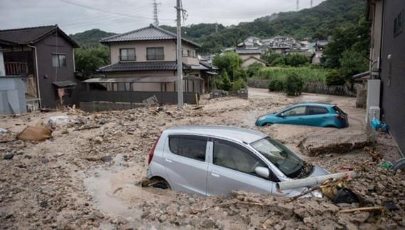 Những chiếc xe bị kẹt trong bùn sau trận lũ ở Saka, Hiroshima ngày 8-7.