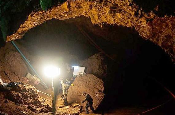 Hình ảnh đội cứu hộ thực hiện chiến dịch giải cứu 13 sinh mạng bị mắc kẹ trong hang động Tham Luang, tỉnh Chiang Rai (Thái Lan). Ảnh: Patipat Janthong