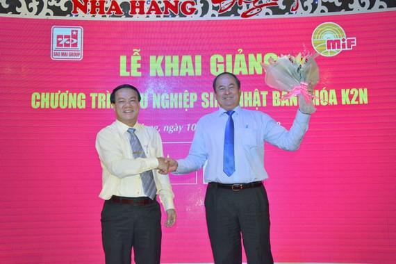 Ông Lê Thanh Thuấn - Chủ tịch Tập đoàn Sao Mai tặng hoa cho ông Nguyễn Thanh Bình - Phó Chủ tịch UBND tỉnh An Giang