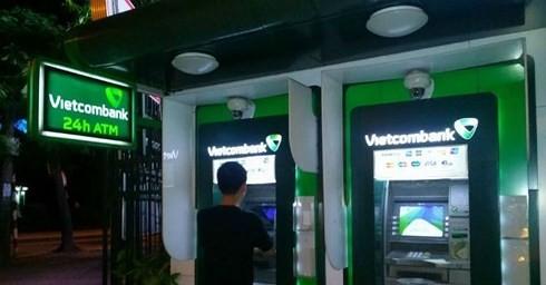 Các ngân hàng phải giải trình việc tăng phí ATM. (Ảnh minh họa: KT)