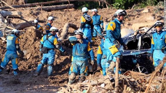 Cảnh sát Nhật Bản tiếp tục cuộc giải cứu giữa trời nắng gắt ngày 9-7 tại Hiroshima