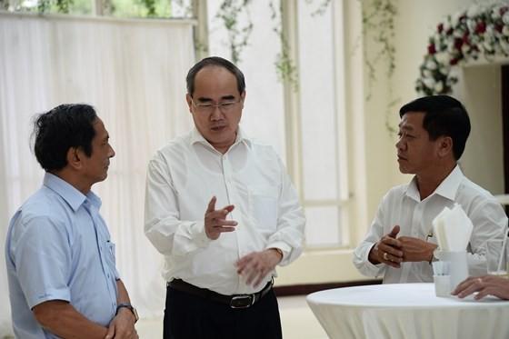 Đồng chí Nguyễn Thiện Nhân trao đổi với các đại biểu tại hội nghị. Ảnh: KIỀU PHONG