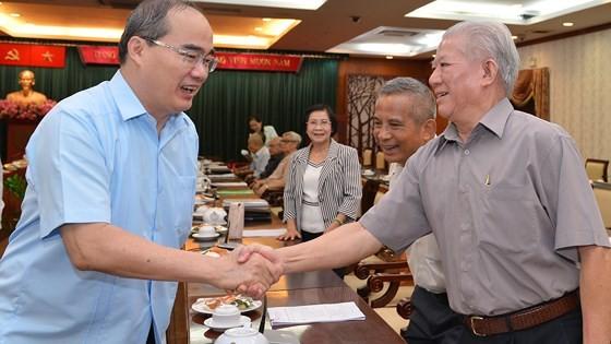Bí thư Thành ủy TPHCM Nguyễn Thiện Nhân trao đổi với  cán bộ cao cấp nghỉ hưu trên địa bàn TPHCM. Ảnh: VIỆT DŨNG