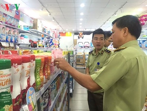 Lực lượng Quản lý thị trường kiểm tra các cửa hàng  Con Cưng  Quận 1, Quận 3, Quận 6, TP HCM. (Ảnh: Lệ Hằng).
