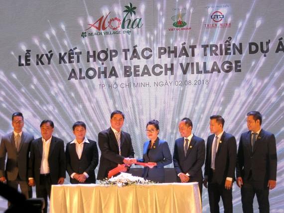 Bà Nguyễn Vũ Thiên Diễm cùng đại diện chủ đầu tư Việt Úc Group ký kết phát triển giai đoạn 2 của dự án.